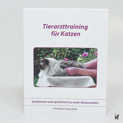 """Das Buch """"Tierarzttraining für Katzen - Einfühlsam und spielerisch zu mehr Gelassenheit"""" von Christine Hauschild"""