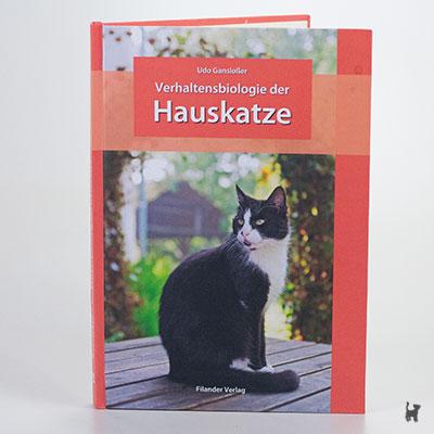 """Das Buch """"Verhaltensbiologie der Hauskatze"""" von Udo Gansloßer"""