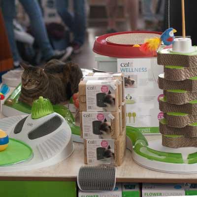 Verkaufstisch mit Catit Produkten auf dem Catit Playground in Hamburg