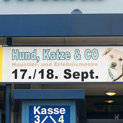 Schild über dem Eingang der 'Hund, Katze & Co' Messe in Hamm 2016