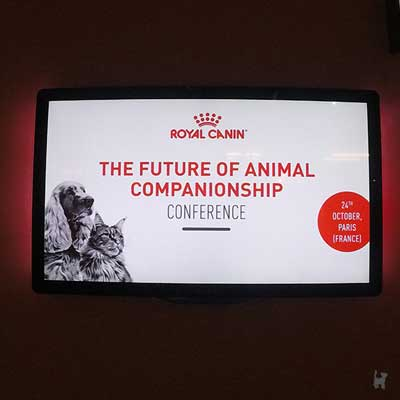 Monitor mit Informationen zur 'The Future Of Animal Companionship' Konferenz