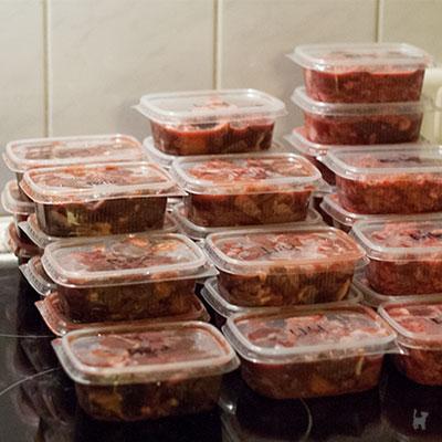 Rohfleischmahlzeiten in Feinkostbechern