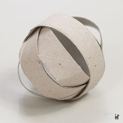 Selbstgebastelter Pappball aus Toilettenpapierrolle