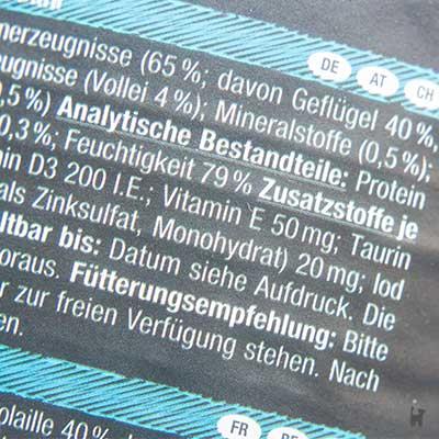 Deklaration der Zusatzstoffe auf einer Katzenfutterdose
