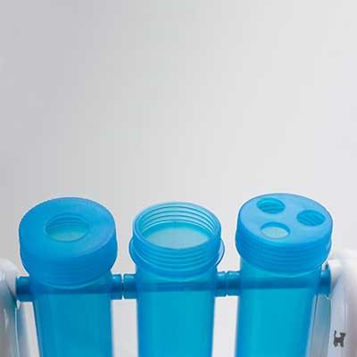 Verschiedene Deckel der Plastikröhren
