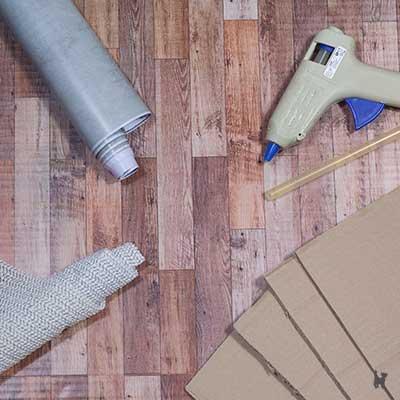 Benötigtes Material für die Katzentreppe: Pappstreifen, Kleber, Dekorfolie und Anti-Rutschmatte