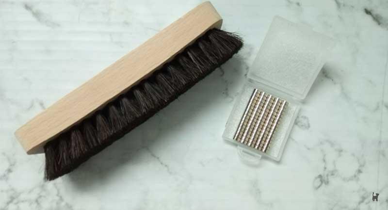 Schuhputzbürste und Magnete