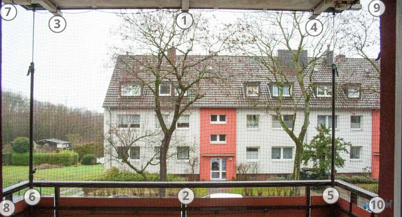 Mit Katzennetz abgesicherter Balkon