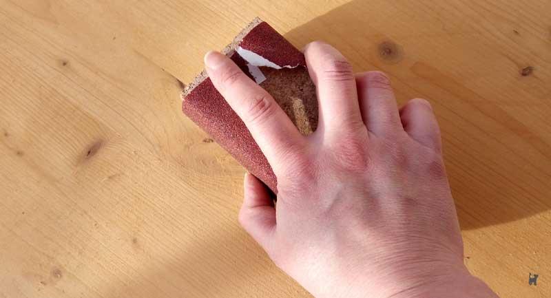 Holzbrett mit Schleifblock abschleifen