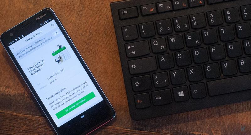 Smartphone mit Benachrichtigung zur Terminbuchung